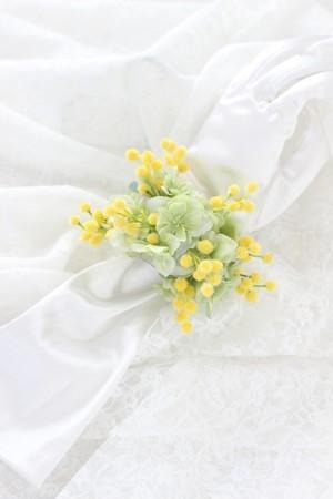 ミモザと紫陽花のブレスレットブーケ 春色リストブーケ