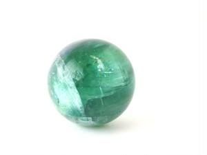「中国産 グリーン フローライト(蛍石) オーラ(虹)入り 高品質結晶 丸玉」 約35ミリ AGZ-142