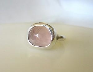 手摺り変形ローズクォーツの指輪