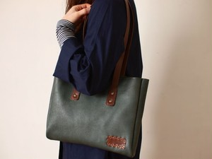 緑革のトートバッグ