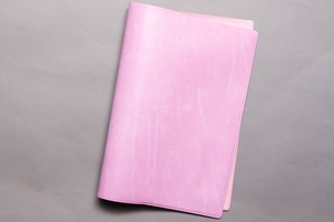革をピンク色に染めたような質感のカバー