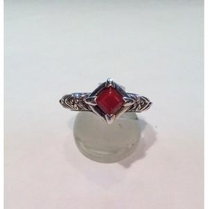 四角い赤珊瑚と植物模様のシルバーの指輪