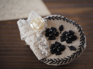 【ブローチ】③ベージュに黒のお花刺繍淡水パールアンティークレースボタン