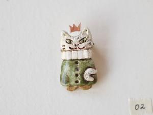 白猫の王様ブローチ02