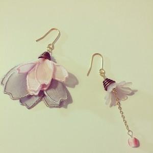 フランスのお花(ベビーピンク×グレー)の耳飾り ピアス・イヤリング