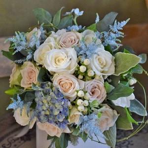 【ブーケ、ブートニア付】ブルーを入れて、バラと季節のお花でつくるクラッチブーケ 結婚式/持ち込み/撮影/前撮り