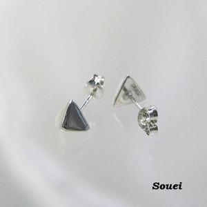 シンプルな三角錐のピアス