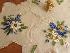 【煌びやかなブルーキャンドル】青いキャンドルや白のポインセチアの手刺繍 クリスマス ドイリー2点 未使用品 / ヴィンテージ・ドイツ