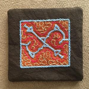 コースター 10x10cm 泥染め刺繍 裏加工 シピボ族の泥染め ポットマット