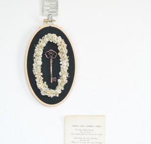 クレ・ドゥ・ボヌール(鍵と白い小花の刺繍枠リース)