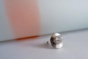 穴から出そうな水晶付ピンキーリング (SV)