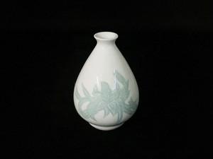 【井上萬二作】白磁緑釉百合彫文徳利