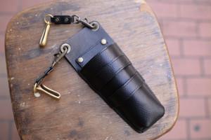 2丁差しのシボ(シワ)のある黒い革のシザーケース