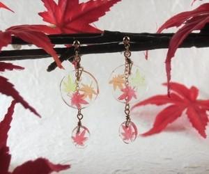 秋の陽に透き通る折り重なる紅葉のピアス・円(彩)