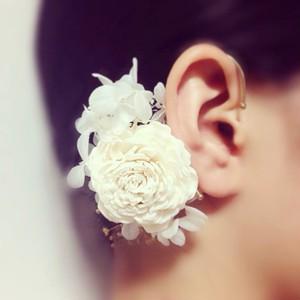 白花のイヤーカフ(ホワイト)