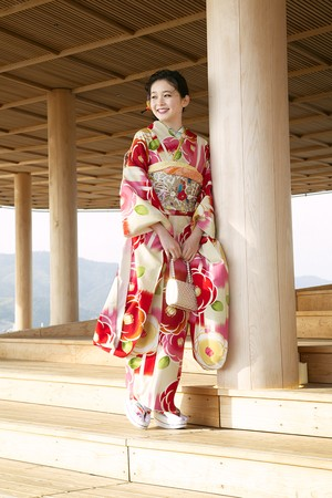 久間田琳加着用柄 Japan Style 振袖 仕立て上がり 納期2週間 振袖単品 成人式 ブランド ポリエステル レトロモダン 椿 白地 ピンク