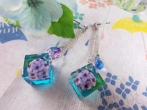 雨の中で咲く紫陽花キューブが揺れるピアス(青紫)
