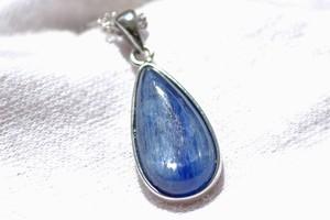 限りなく深いブルーカイヤナイトのネックレス