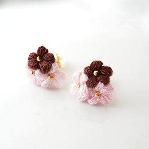 いちごチョコ|刺繍糸のお花のプチブーケ耳飾り