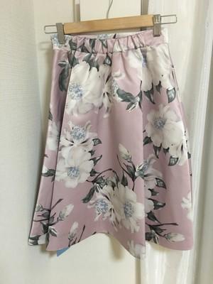 ピンク色の花柄スカート