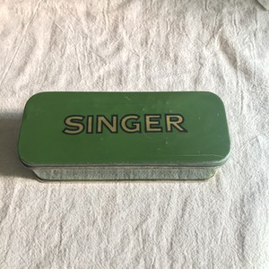 緑色のSINGERと書かれた缶