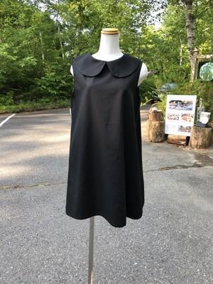 黒一色がモードな雰囲気を演出する快適スリーブレス丸襟リトルブラックドレス。一点もの