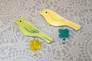 小鳥とクローバーのとんぼ玉のブローチ