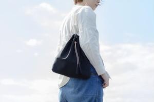 『革の巾着ショルダーバッグ ブラック』お出かけにピッタリ♪意外に収納力のある巾着型。肩掛け、斜めがけ、手持ち