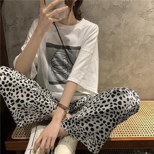 プリントTシャツ+レオパード柄パンツのセットコーデ