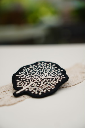 木の刺繍のブローチ