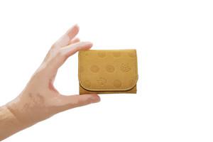 Atelier Kyoto Nishijin/ねこと肉球の型押しが可愛い・牛革・手乗りコンパクト財布・萱草色(かんぞういろ)・日本製