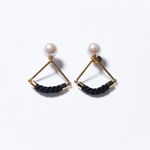 PEARL ON TRIANGLE EARRINGS(BLACK)