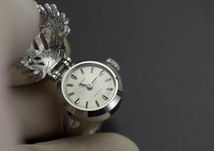 【ビンテージ時計】製造年不明1970年代と思われます。 オリエント指輪時計 日本製 サンゴをかたどったカバー付きの時計です。機械式時計