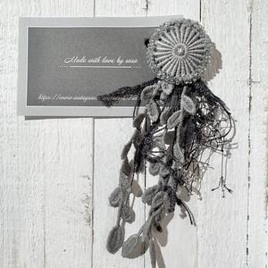 作家【さら】灰色のお花ブローチ