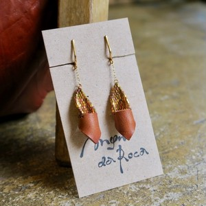 Man da Roca   Gold beads & Leather earring
