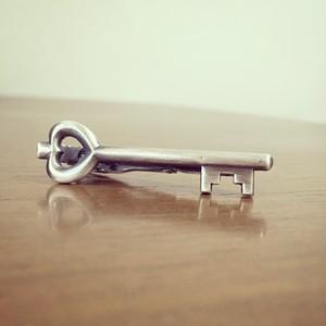 鍵のネクタイピン