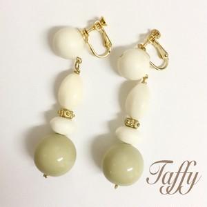 送料無料!! Taffy  大ぶりイヤリング  ホワイト×モスグリーン