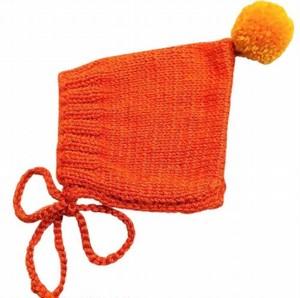 (予約オーダー:発送12月中旬)6か月~4歳 手編みボンネット帽Burnt Orange(Mustard ボンボン)