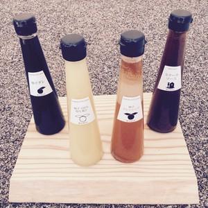 (写真左より)ユズダレ/ユズの絞り汁/ゴマとユズのドレッシング/生姜とリンゴのタレ