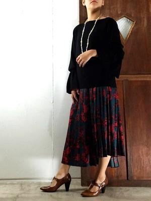 クラシカルな印象のランダムヘムプリーツスカート