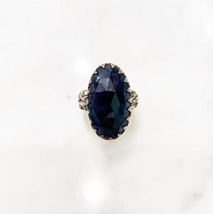 シルバーで王冠留めされた青いサファイア(13.75ct)のリング