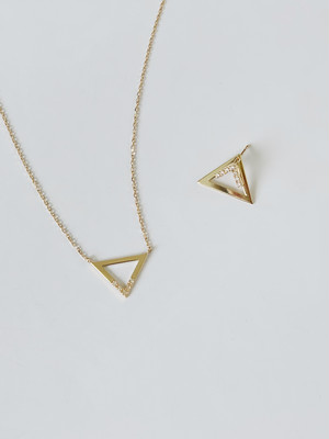 Enasoluna × UN3D.  Triangle necklace