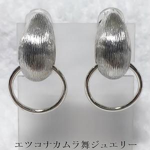 丸味のあるふっくら三角フープ付きイヤリングE28