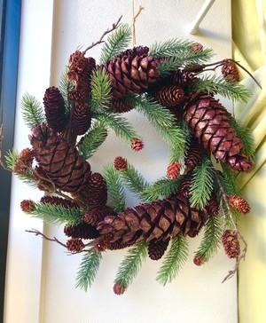 豪華なクリスマスリース パインコーン 自然の美しさをお部屋に HR4775