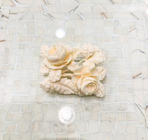 象牙色の樹脂製 二輪の薔薇のブローチ(小)