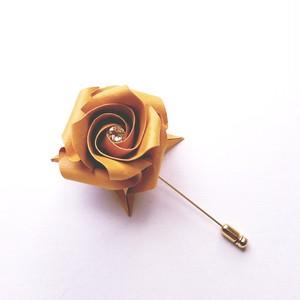 折り紙のバラピンブローチ(色名:ビスキュイ)