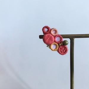 カラフルなトマトの耳飾り