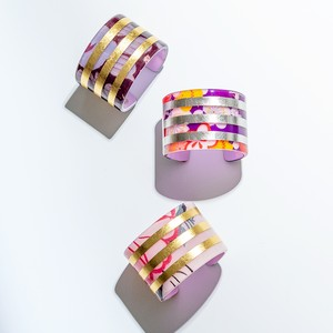 Kimono acrilic resin bangle w three gold leaf lines