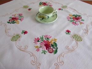 【ピンクのガーベラの世界】 可愛いピンクのガーベラの手刺繍テーブルクロス /ヴィンテージ・ドイツ