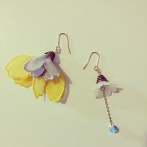 フランスのお花(グレー×イエロー)の耳飾り ピアス・イヤリング